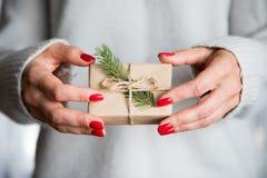 Χριστούγεννα λαβής χεριών γυναικών ` s ή νέο διακοσμημένο έτος κιβώτιο δώρων τόνος Στοκ Εικόνες
