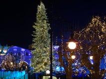 Χριστούγεννα μαγικά στην πόλη τή νύχτα Στοκ Εικόνες