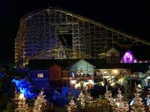 Χριστούγεννα μαγικά στο ξύλινο ρόλερ κόστερ Wodan τή νύχτα Στοκ Εικόνες