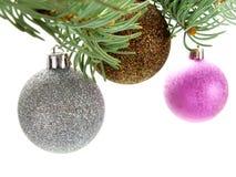 Χριστούγεννα μπιχλιμπιδιών που κρεμούν το πολύχρωμο λαμπρό TR στοκ εικόνες με δικαίωμα ελεύθερης χρήσης
