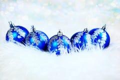 Χριστούγεννα μπλε σφαίρες γυαλιού στο άσπρο υπόβαθρο Στοκ Φωτογραφίες