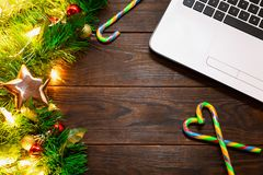 Χριστούγεννα, νέα έννοια έτους - το άσπρο lap-top, ο κάλαμος καραμελών, οι σφαίρες δέντρων έλατου κλάδοι και, το χρυσές αστέρι κα στοκ φωτογραφία με δικαίωμα ελεύθερης χρήσης