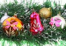 Χριστούγεννα, νέες διακόσμηση-σφαίρες έτους, πράσινο tinsel Στοκ Φωτογραφίες