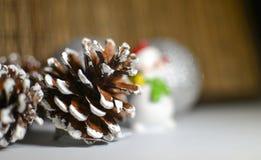 Χριστούγεννα νέο έτος κώνοι οικολογικός ξύλινος διακοσμήσεων Χριστουγέννων Στοκ Φωτογραφία