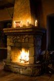 Χριστούγεννα, ντεμοντέ ρομαντικό εσωτερικό Δωμάτιο εστιών Καπνοδόχος, κεριά Κρύα χρονική έννοια Στοκ Εικόνα