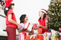Χριστούγεννα που ανταλλάσσουν το παρόν στοκ φωτογραφία με δικαίωμα ελεύθερης χρήσης
