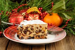 Χριστούγεννα που αυξάνουν το κέικ στο άσπρο πιάτο με το δέντρο και το christma γουνών Στοκ φωτογραφίες με δικαίωμα ελεύθερης χρήσης