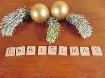 Χριστούγεννα που γράφονται στο ξύλο με τη διακόσμηση Στοκ Φωτογραφίες