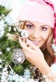 Χριστούγεννα που διακοσμούν το δέντρο santa αρωγών κοριτσιών Στοκ εικόνες με δικαίωμα ελεύθερης χρήσης
