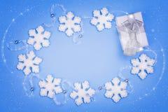 Χριστούγεννα που τίθενται με το δώρο Στοκ Φωτογραφίες