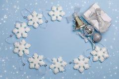 Χριστούγεννα που τίθενται με το δώρο Στοκ εικόνες με δικαίωμα ελεύθερης χρήσης