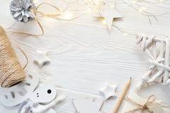 Χριστούγεννα προτύπων ή νέα σύνθεση πλαισίων έτους με το διάστημα για το κείμενό σας διακοσμήσεις Χριστουγέννων άσπρο σε ξύλινο Στοκ φωτογραφία με δικαίωμα ελεύθερης χρήσης