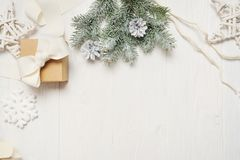 Χριστούγεννα προτύπων ή νέα σύνθεση πλαισίων έτους με το διάστημα για το κείμενό σας διακοσμήσεις Χριστουγέννων άσπρο σε ξύλινο Στοκ φωτογραφίες με δικαίωμα ελεύθερης χρήσης