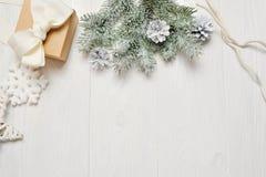 Χριστούγεννα προτύπων ή νέα σύνθεση πλαισίων έτους με το διάστημα για το κείμενό σας διακοσμήσεις Χριστουγέννων άσπρο σε ξύλινο Στοκ εικόνα με δικαίωμα ελεύθερης χρήσης