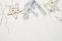 Χριστούγεννα προτύπων ή νέα σύνθεση πλαισίων έτους με το διάστημα για το κείμενό σας διακοσμήσεις Χριστουγέννων άσπρο σε ξύλινο Στοκ Εικόνα