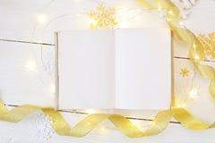 Χριστούγεννα προτύπων ή νέα σύνθεση πλαισίων έτους πρότυπο του βιβλίου και των χρυσών διακοσμήσεων Χριστουγέννων στο ξύλινο υπόβα Στοκ Φωτογραφίες