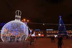 Χριστούγεννα πόλεων και νέοι φωτισμοί και διακοσμήσεις έτους στη πλατεία της πόλης στοκ φωτογραφία με δικαίωμα ελεύθερης χρήσης