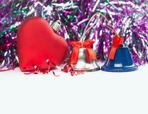 Χριστούγεννα, ρομαντικό πρότυπο καρτών κόκκινα καρδιά και κουδούνια παιχνιδιών διάστημα αντιγράφων Στοκ Εικόνες