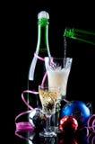 Χριστούγεννα σαμπάνιας μπουκαλιών σφαιρών Στοκ εικόνα με δικαίωμα ελεύθερης χρήσης