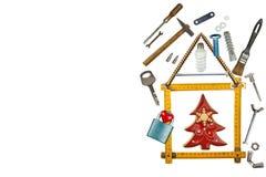 Χριστούγεννα σε ένα πρόσφατα χτισμένο σπίτι Δώρο στη Παραμονή Χριστουγέννων Υποθήκη για να χτίσει ένα σπίτι ανασκόπησης μπλε κτηρ Στοκ Φωτογραφίες