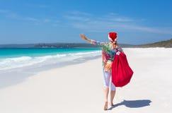 Χριστούγεννα στην Αυστραλία - εορταστική γυναίκα που περπατά κατά μήκος του ειδυλλιακού bea στοκ φωτογραφίες με δικαίωμα ελεύθερης χρήσης