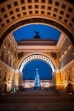 Χριστούγεννα στη Αγία Πετρούπολη, χριστουγεννιάτικο δέντρο στην τετραγωνική Χαρούμενα Χριστούγεννα Στοκ Φωτογραφίες