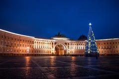 Χριστούγεννα στη Αγία Πετρούπολη, χριστουγεννιάτικο δέντρο στην τετραγωνική Χαρούμενα Χριστούγεννα Στοκ Εικόνα