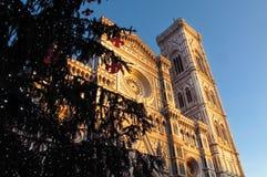 Χριστούγεννα στη Φλωρεντία, χριστουγεννιάτικο δέντρο Piazza del Duomo στη Φλωρεντία με τον καθεδρικό ναό στο υπόβαθρο στοκ φωτογραφίες