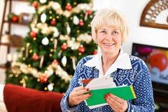 Χριστούγεννα: Συγκινημένος για να πάρει το ταχυδρομείο διακοπών Στοκ εικόνα με δικαίωμα ελεύθερης χρήσης