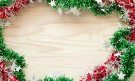 Χριστούγεννα της κορδέλλας ουράνιων τόξων, ξύλινο υπόβαθρο στο διάστημα αντιγράφων Στοκ εικόνες με δικαίωμα ελεύθερης χρήσης