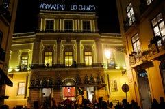 Χριστούγεννα της Λισσαβώνας, περιοχή αγορών Chiado, παλαιά ανώτερη πόλης οδός, διακοπές Χριστουγέννων στοκ φωτογραφία με δικαίωμα ελεύθερης χρήσης