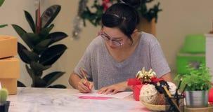 Χριστούγεννα τυλίγματος γυναικών ή άλλο χειροποίητο παρόν διακοπών στο έγγραφο φιλμ μικρού μήκους