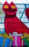 Χριστούγεννα: Φέτος Άγιος Βασίλης είναι μια κόκκινη γάτα με παρουσιάζει για όλους Στοκ φωτογραφία με δικαίωμα ελεύθερης χρήσης