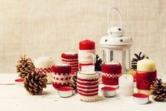 Χριστούγεννα χειροποίητα Τα κεριά Χριστουγέννων στους κατόχους κεριών πλέκουν Στοκ φωτογραφία με δικαίωμα ελεύθερης χρήσης