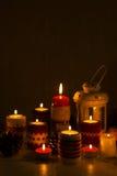 Χριστούγεννα χειροποίητα Τα κεριά Χριστουγέννων στους κατόχους κεριών πλέκουν Στοκ Φωτογραφία