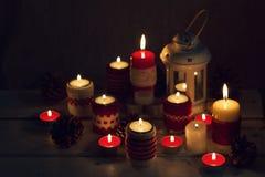 Χριστούγεννα χειροποίητα Τα κεριά Χριστουγέννων στους κατόχους κεριών πλέκουν Στοκ εικόνες με δικαίωμα ελεύθερης χρήσης