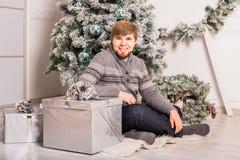 Χριστούγεννα, Χριστούγεννα, χειμώνας, έννοια ευτυχίας - χαμογελώντας άτομο με το κιβώτιο δώρων στοκ εικόνες