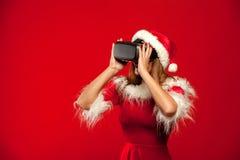 Χριστούγεννα, Χριστούγεννα, χειμώνας, έννοια ευτυχίας - όμορφο νέο brunette με μακρυμάλλη στη φθορά καπέλων αρωγών santa Στοκ φωτογραφία με δικαίωμα ελεύθερης χρήσης