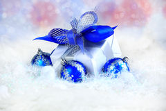 Χριστούγεννα δώρο διακοπών σε μια όμορφη συσκευασία και ένα μπλε BA γυαλιού Στοκ Φωτογραφίες