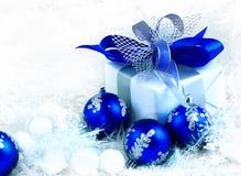 Χριστούγεννα δώρο διακοπών σε μια όμορφη συσκευασία και ένα μπλε BA γυαλιού Στοκ εικόνα με δικαίωμα ελεύθερης χρήσης