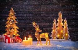 Χριστούγεννα backgound με τις φωτισμένα άλκες και το χριστουγεννιάτικο δέντρο Στοκ εικόνα με δικαίωμα ελεύθερης χρήσης