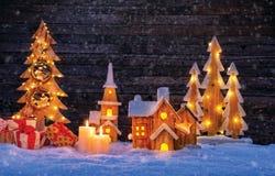 Χριστούγεννα backgound με το φωτισμένα ξύλινα χωριό και το christma Στοκ φωτογραφίες με δικαίωμα ελεύθερης χρήσης