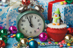 Χριστούγεννα cupcake με τις χρωματισμένες διακοσμήσεις Στοκ φωτογραφία με δικαίωμα ελεύθερης χρήσης