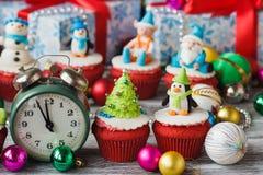 Χριστούγεννα cupcake με τις χρωματισμένες διακοσμήσεις Στοκ Εικόνα