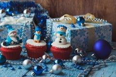 Χριστούγεννα cupcake με τις χρωματισμένες διακοσμήσεις Στοκ εικόνα με δικαίωμα ελεύθερης χρήσης