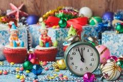 Χριστούγεννα cupcake με τις χρωματισμένες διακοσμήσεις Στοκ Εικόνες