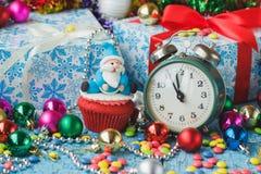 Χριστούγεννα cupcake με τις χρωματισμένες διακοσμήσεις Στοκ εικόνες με δικαίωμα ελεύθερης χρήσης