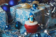 Χριστούγεννα cupcake με τις χρωματισμένες διακοσμήσεις Στοκ Φωτογραφία