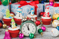 Χριστούγεννα cupcake με τις χρωματισμένες διακοσμήσεις Στοκ φωτογραφίες με δικαίωμα ελεύθερης χρήσης