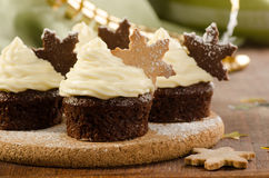 Χριστούγεννα cupcakes με τα μπισκότα νιφάδων χιονιού Στοκ φωτογραφία με δικαίωμα ελεύθερης χρήσης